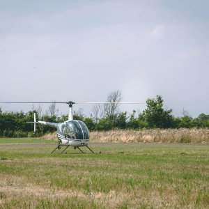 Hummingbird helicopters r22 helicopter land on field